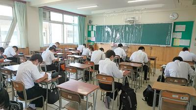 漢字テスト中の高1生