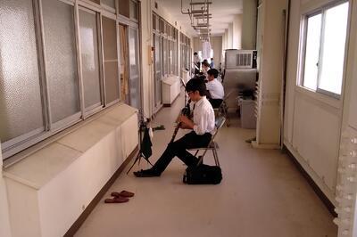 合宿棟廊下での練習風景